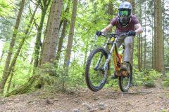 Mountainbike Downhill und Freestyle-Flugshow